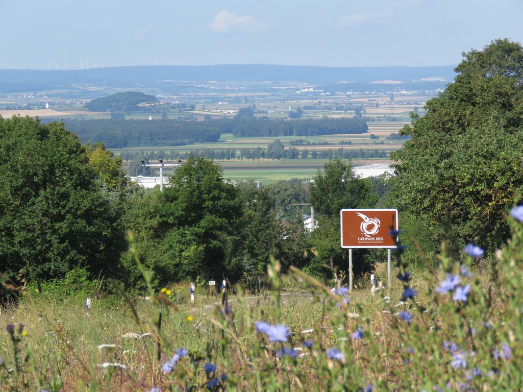 Landschaft Geopark: Schild bei Wemding, Rieslandschaft mit Wennenberg - Geopark Ries