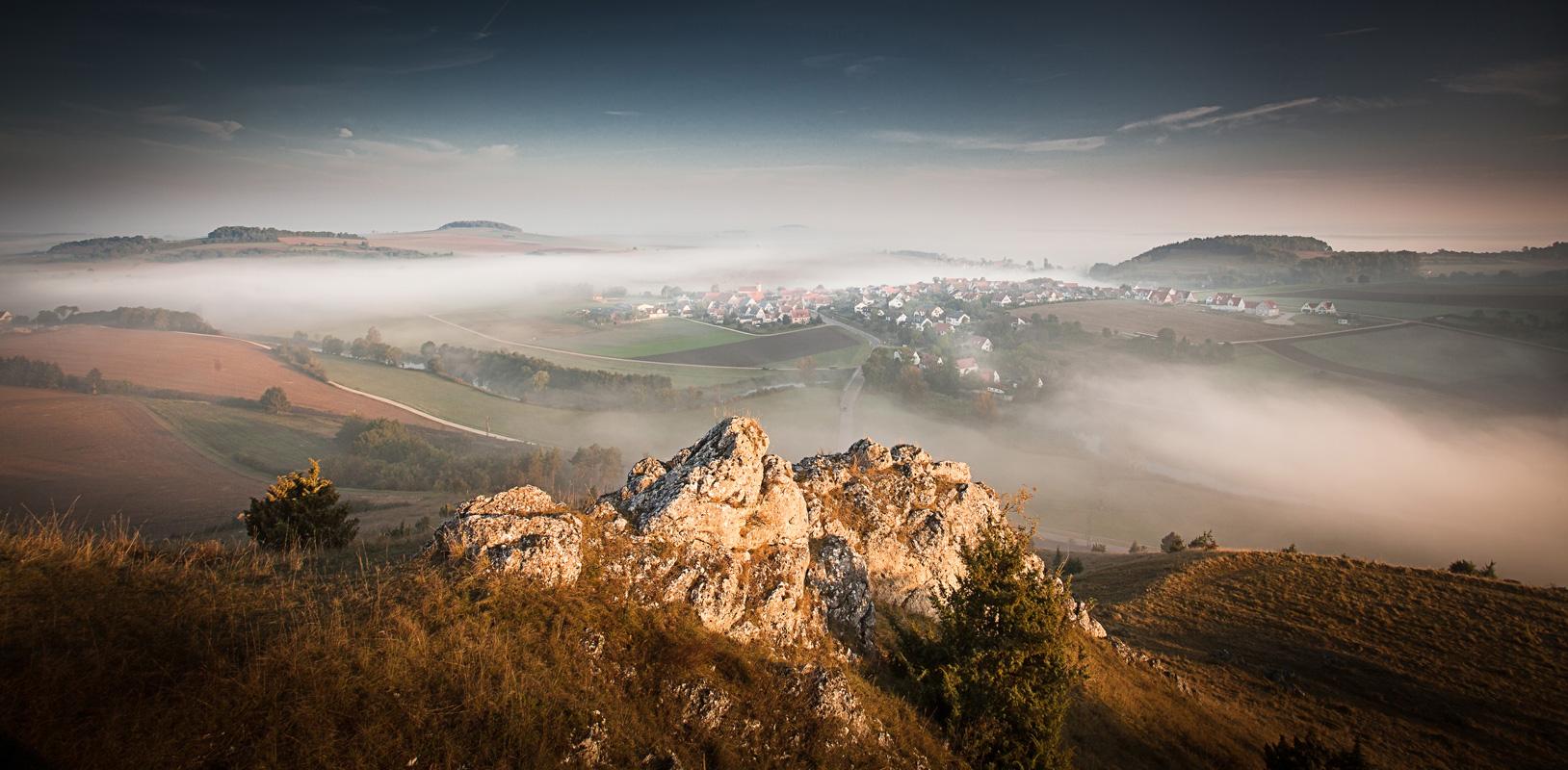 Rollenbergfelsen, Nebellandschaft - Geopark Ries