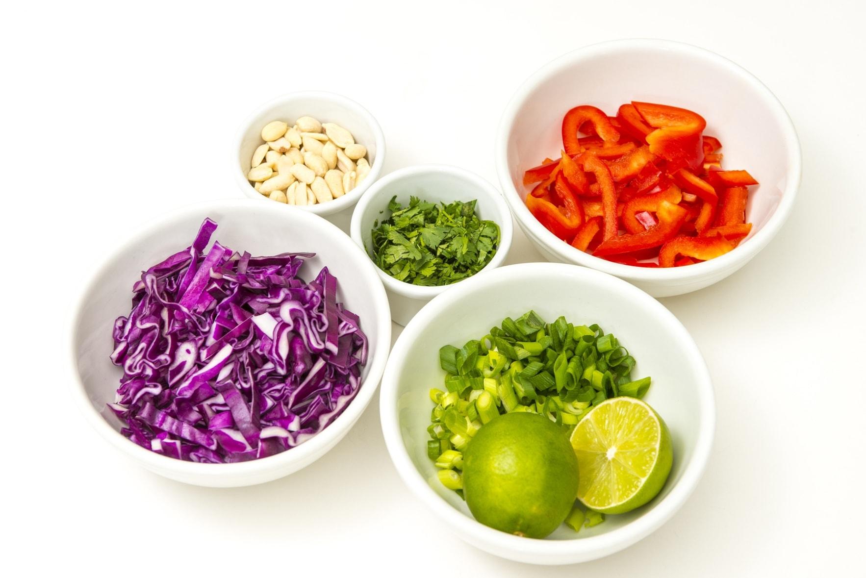 Geschnittenes Gemüse in weißen Schälchen