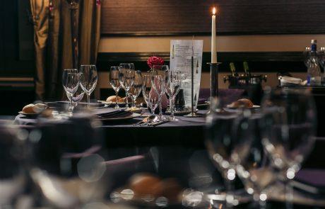 eingedeckter Restauranttisch mit Kerzenlicht