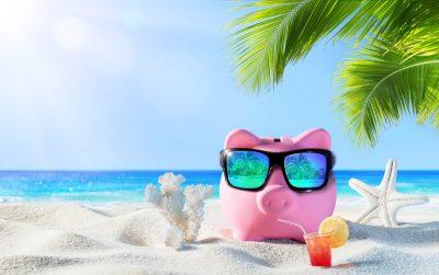 Sparschwein auf weißem Sandstrand unter Palmen