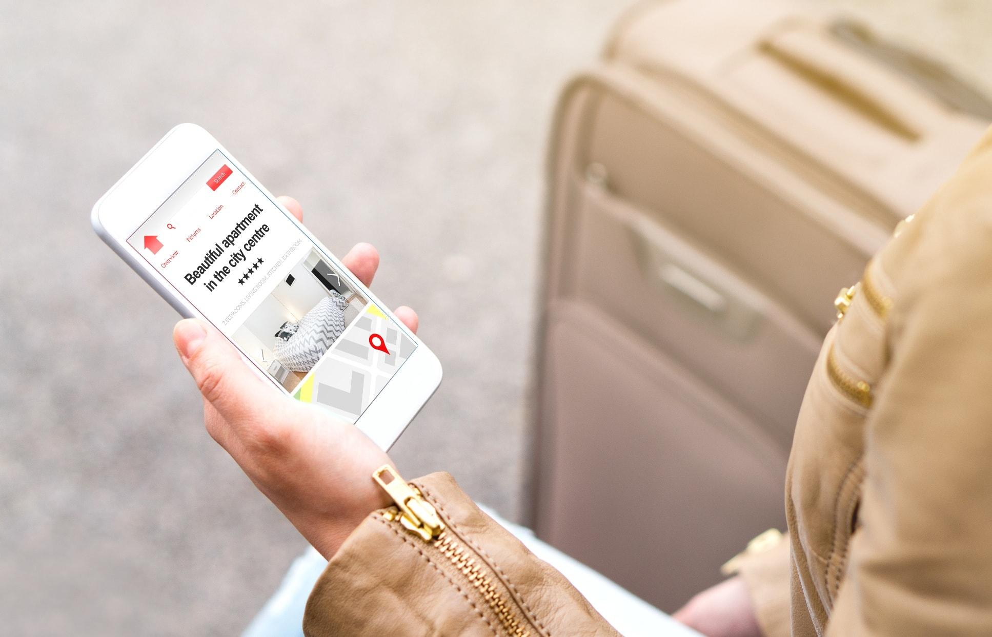 Touristin sucht Unterkunft mit Smartphone
