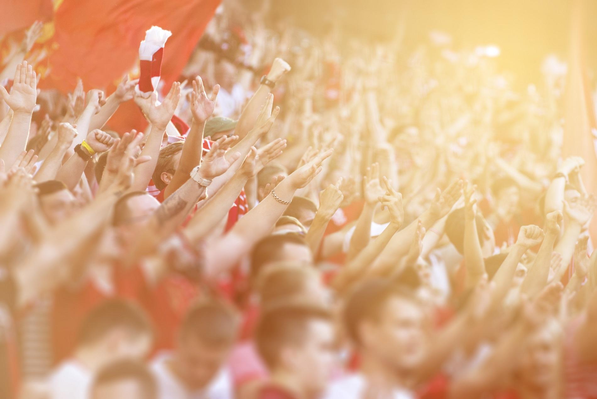 Jubelnde Fußballfans in der Fankurve