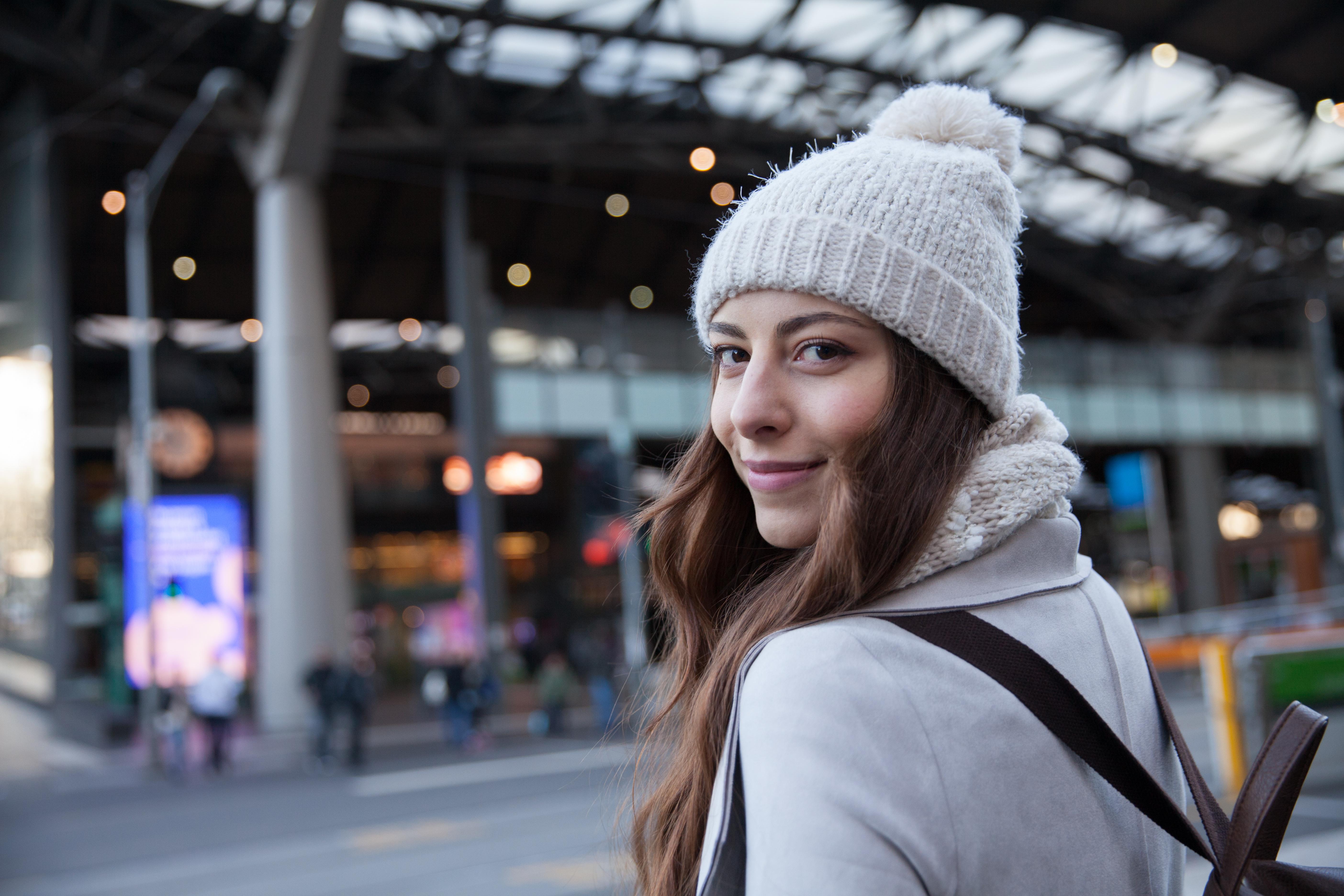 Junge Frau auf dem Weg zum Bahnhof