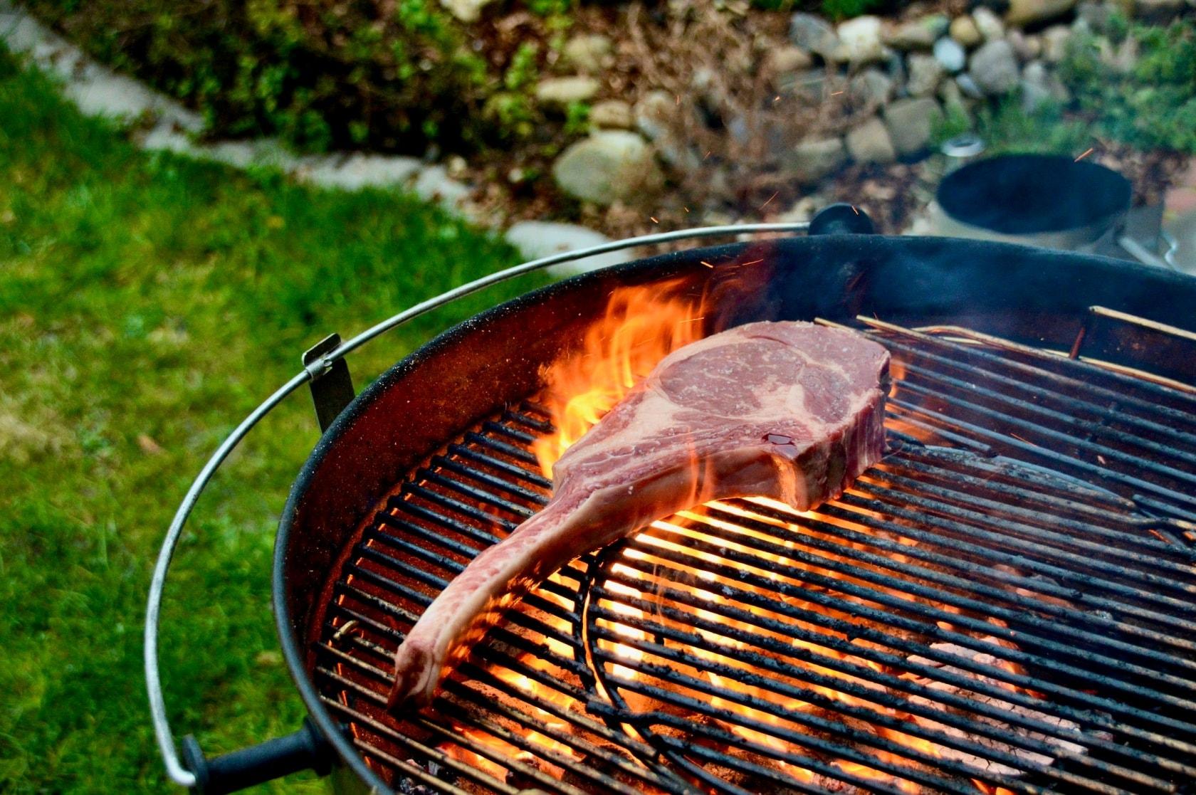 Tomahawk Steak auf dem Holzkohlengrill