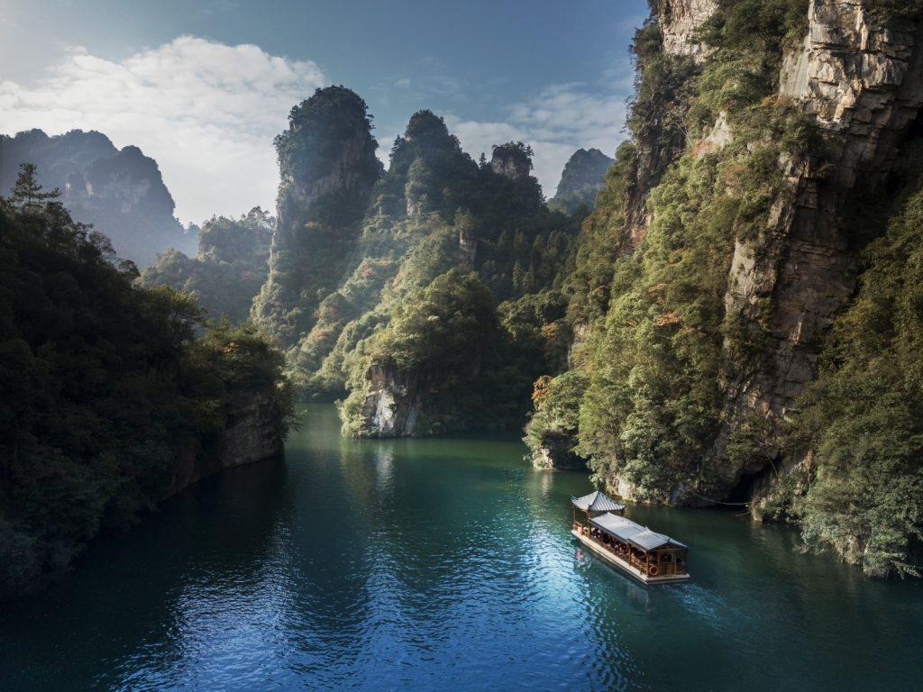 Touristenboot auf einem FlussTouristenboot auf einem Fluss im Zhangjiajie Nationalpark in China