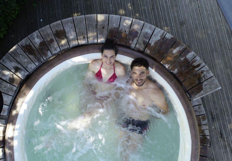 Luftbild von jungem Paar im Whirlpool