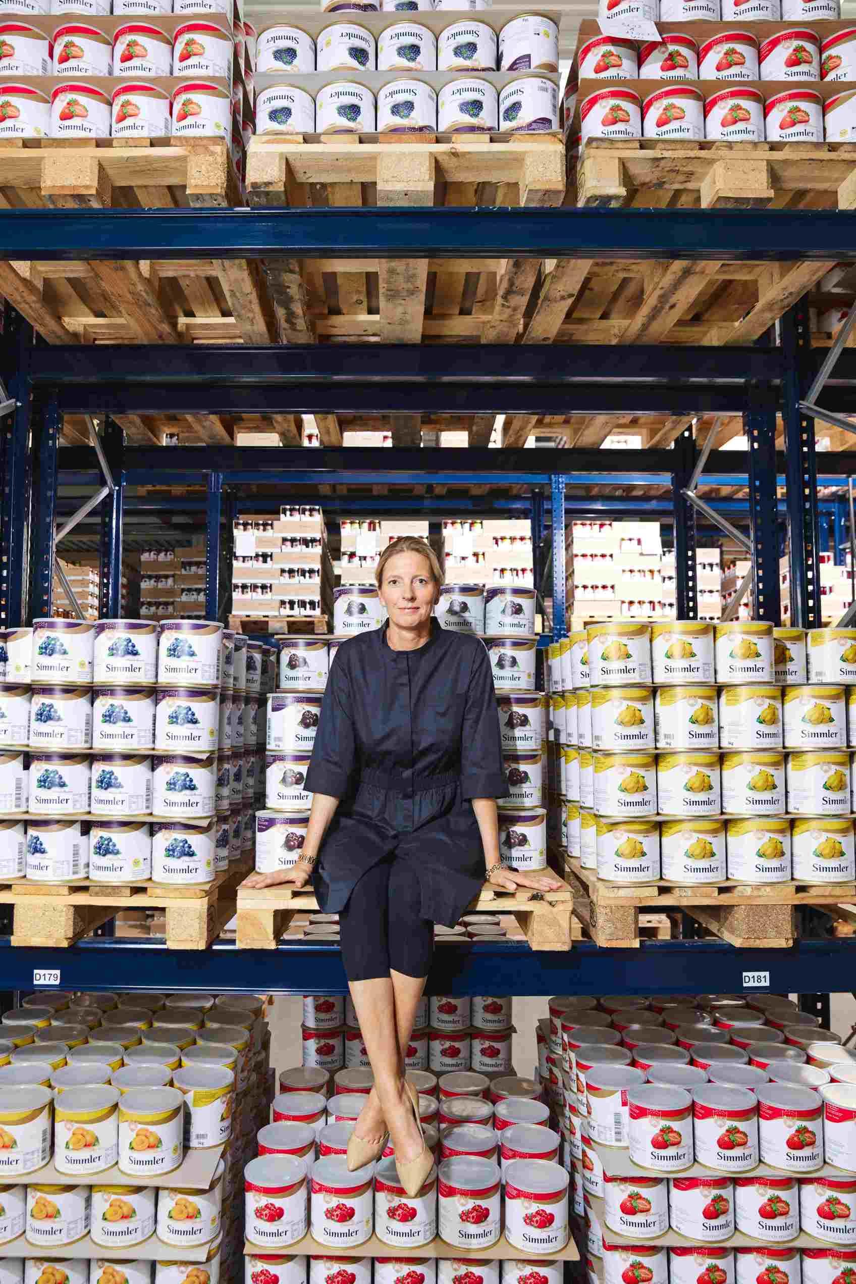 Frau Dr. Simmler im Marmeladenlager