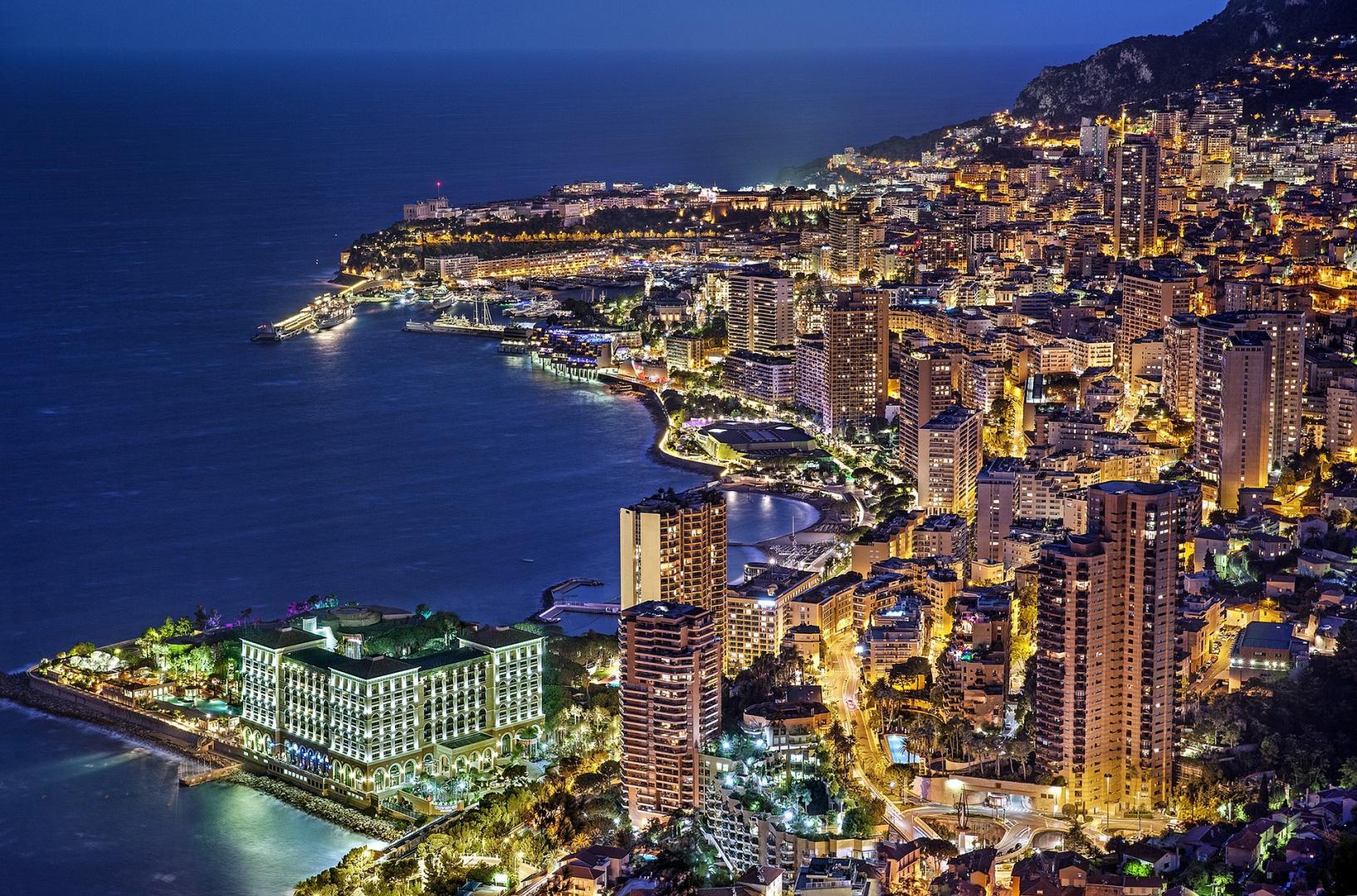 Blick auf Monaco bei Nacht