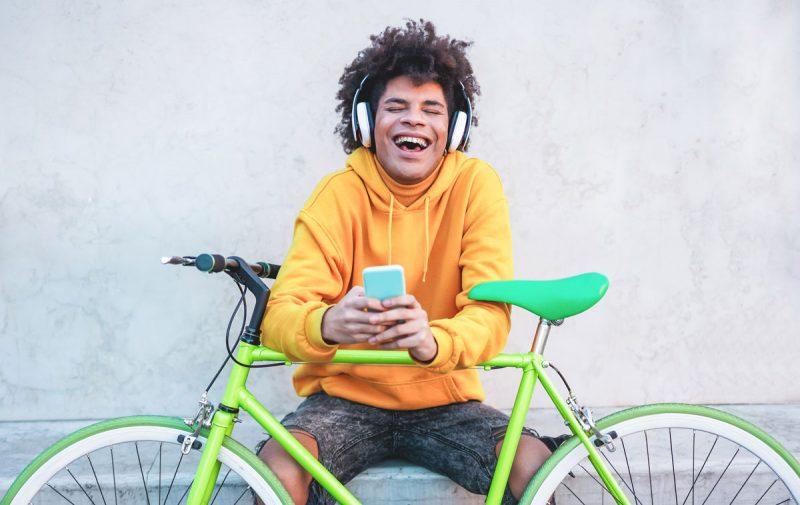 Rastender Radfahrer mit Handy