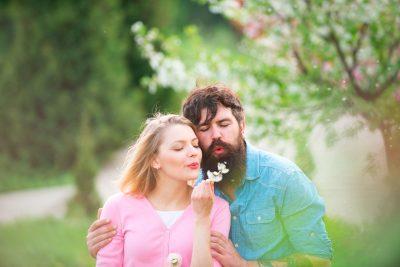 Paar mit Pusteblume - Blumenstrauß