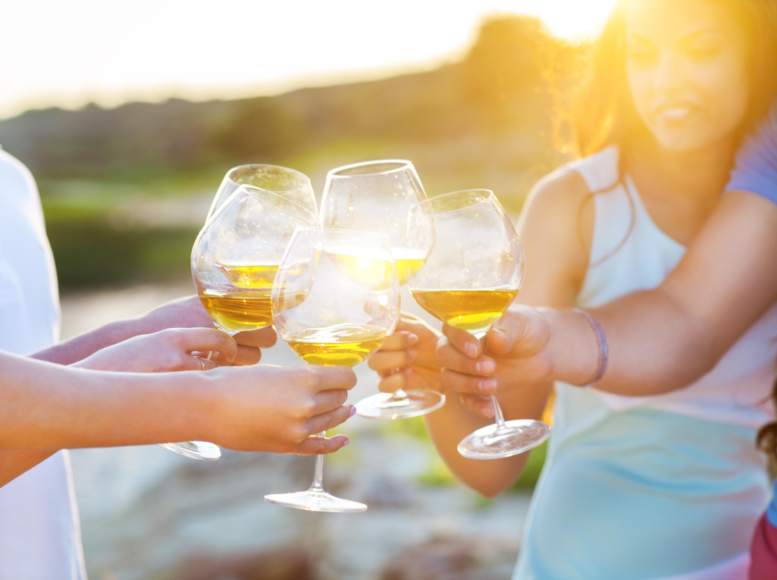 Menschen mit einem Glas Wein
