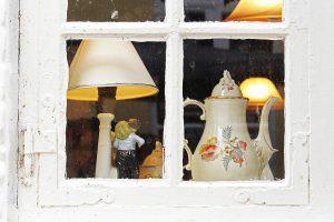 Altes Fenster mit Kaffeekanne