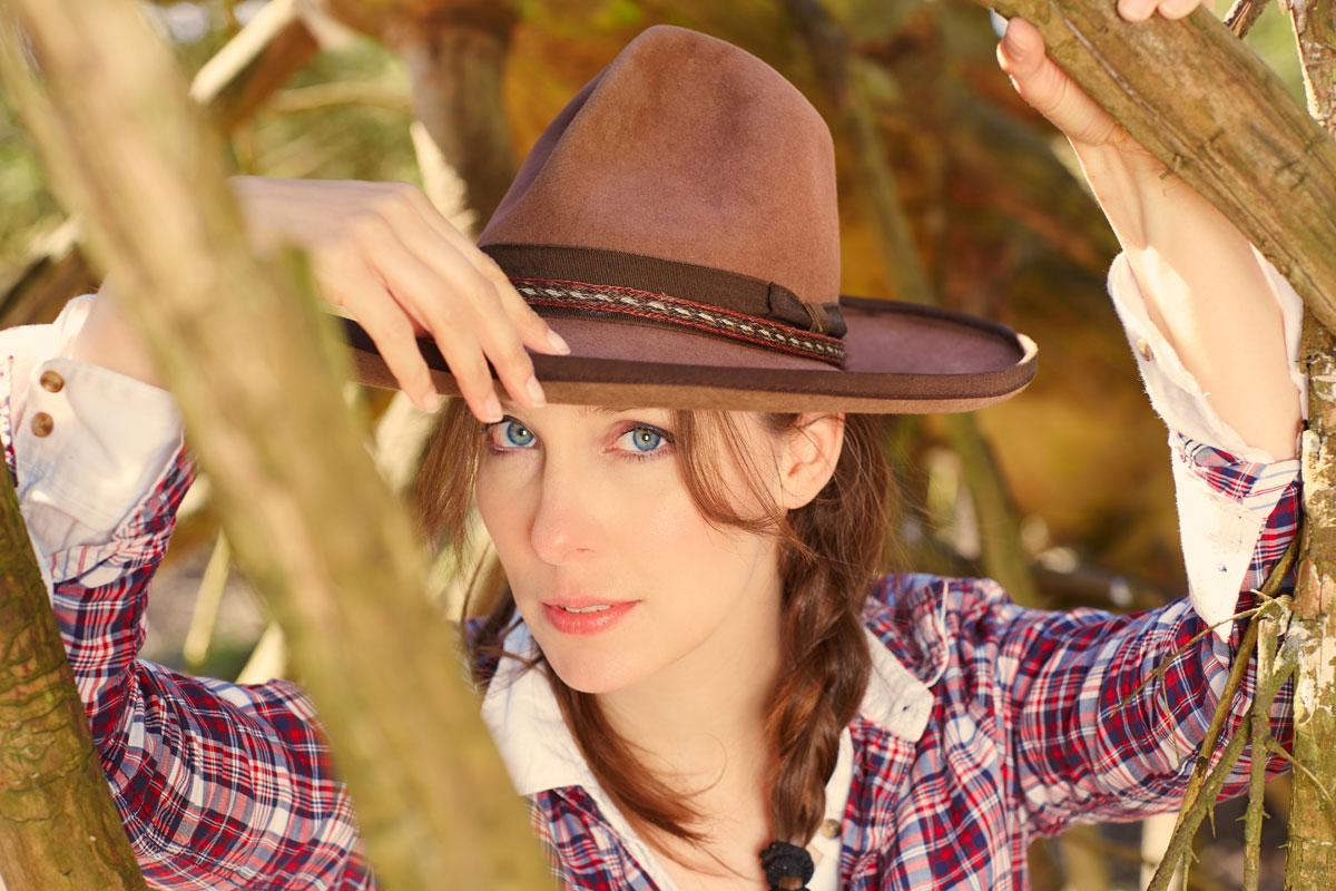 Frau mit Cowboyhut