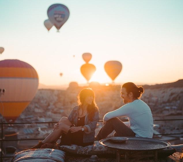 Dachterrasse mit Blick über die Stadt und Fesselballons am Himmel