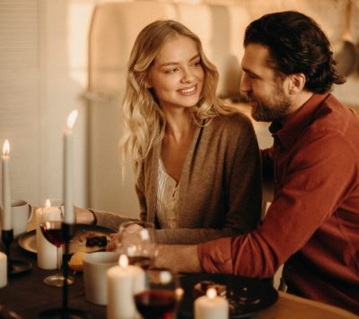 Paar beim Candlelight-Dinner