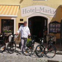 E-Bikes vor dem Hotel am Markt in Greding