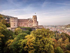 Schloss Heidelberg thront an der Nordflanke des Königstuhls über der Stadt Heidelberg