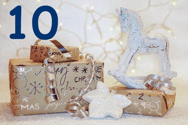 Weihnachtsgeschenke verpackt mit Holzpferdchen und Christbaumanhänger