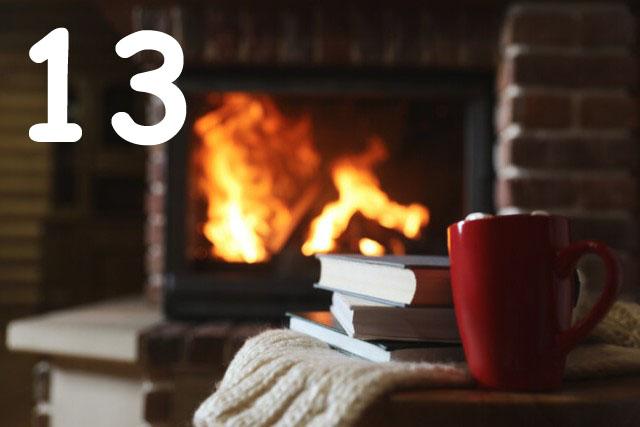 Bücherstapel und heiße Schokolade vor dem Kaminfeuer