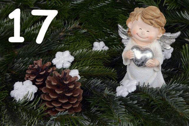 Weißer Weihnachtsengel auf Tannenzweig