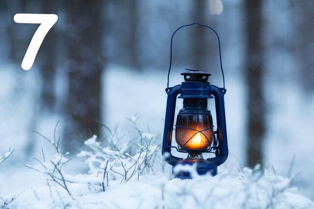 Leuchtende Laterne im verschneiten Wald