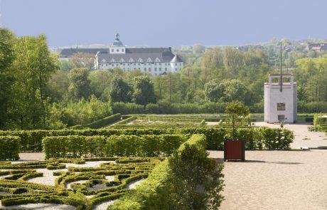 Barockgarten, Globushaus, im Hintergrund Schloss Gottorf - Schleswiger Museumsinsel