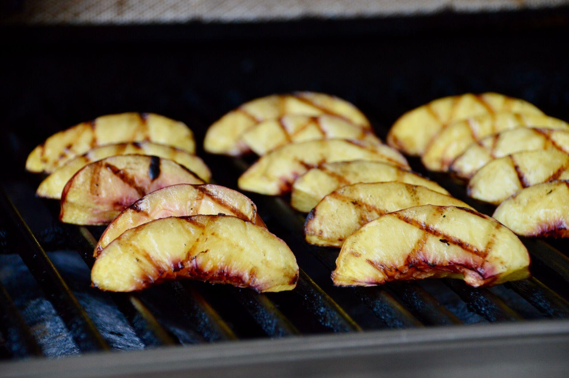 Pfirsichspalten auf dem Grill
