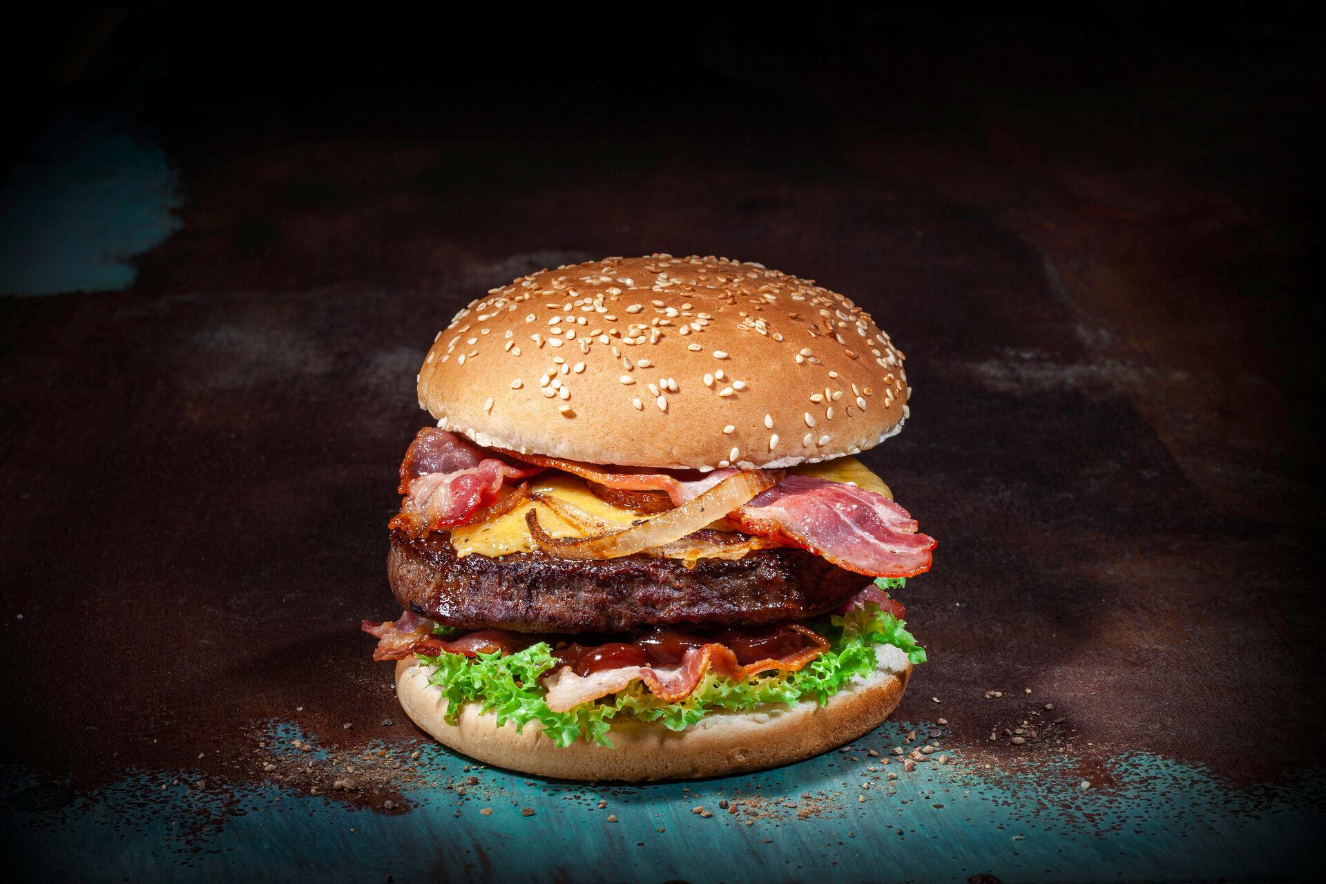 American Burger mit Käse und Speck