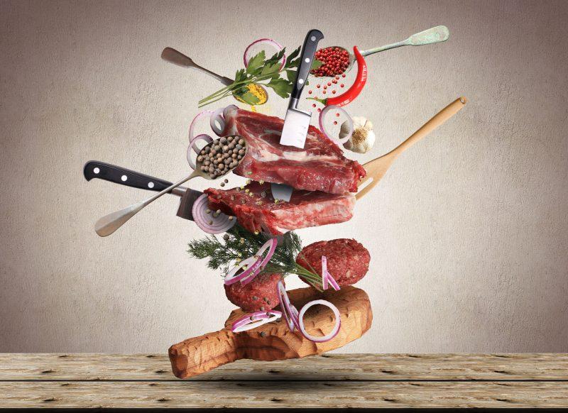 Lebensmittel und Küchenutensilien fliegen durch die Luft