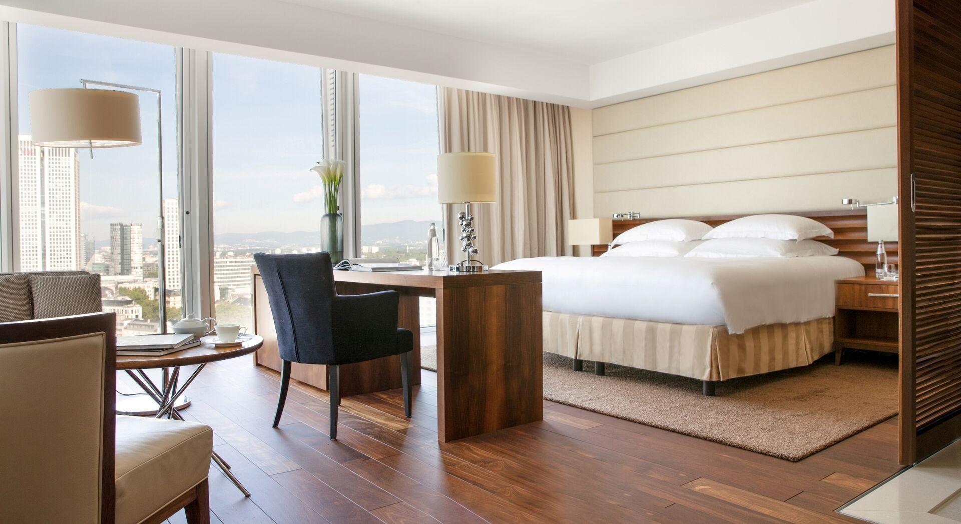 © Skyline Deluxe Room – Jumeirah Hotel Frankfurt