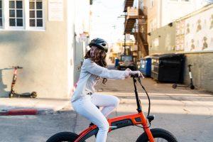 Mädchen auf Fahrrad in der Stadt