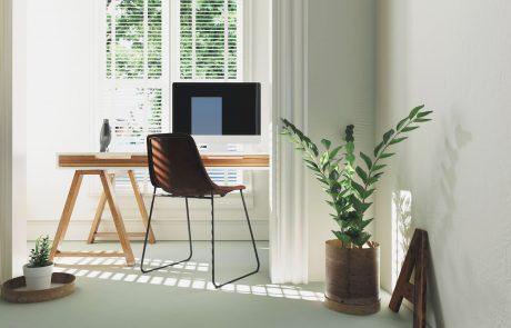 Home Office Schreibtisch am Fenster mit Pflanze