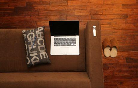 Laptop auf braunen Sofa