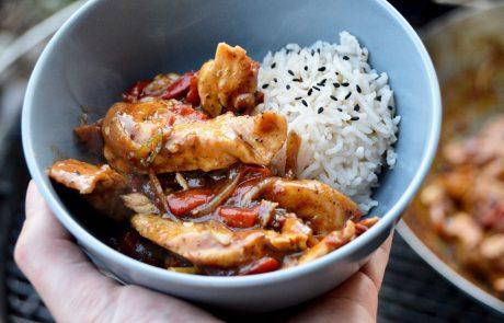 Sichuan-Chicken mit Reis in einer Schale