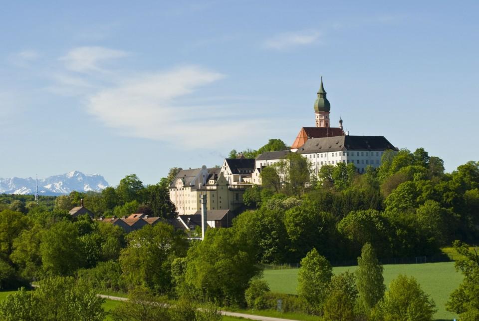 Kloster Andechs am Ammersee mit den schneebedeckten Alpengipfeln im Hintergrund