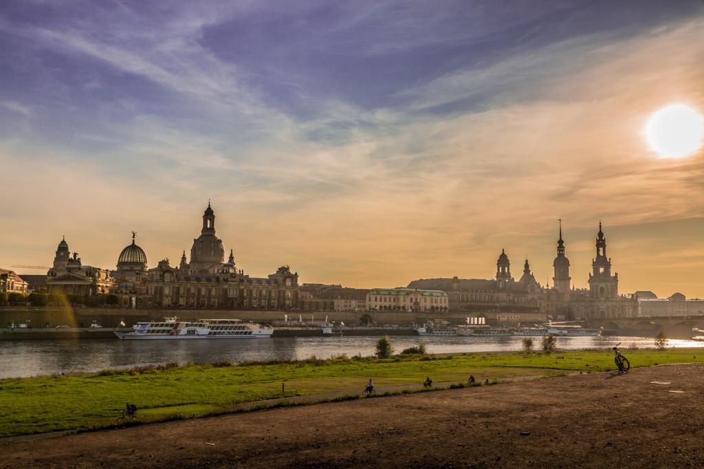 Blick auf Dresden vom Elbufer aus am Abend
