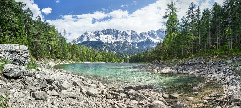 Blick über den Eibsee auf die verschneite Zugspitze, Wettersteingebirge