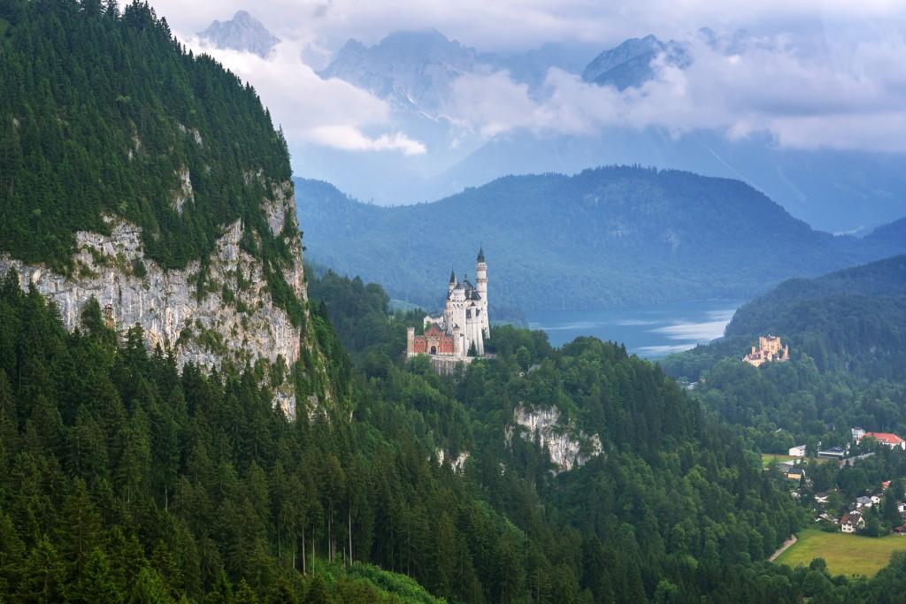 Blick auf Schloss Neuschwanstein und Schloss Hohenschwangau und den Alpsee am Allgäu-Radweg