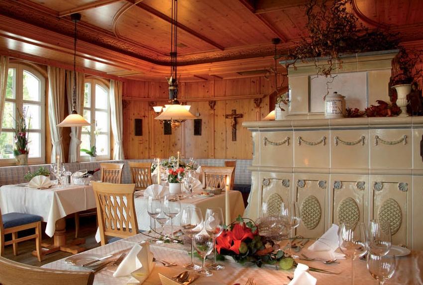 Restaurant mit Kachelofen im Hotel Angerhof in St. Englmar im Bayerischen Wald