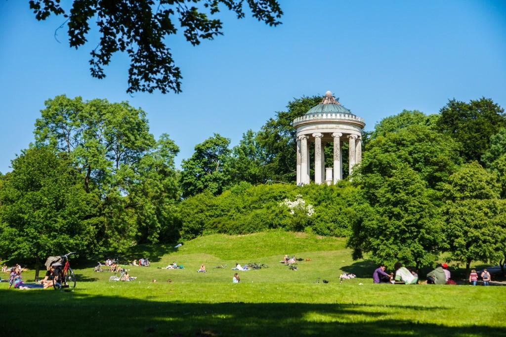 Picknick im Sommer im Englischen Garten in München