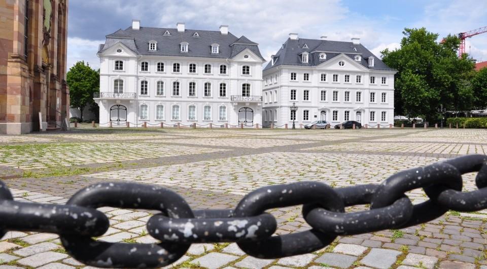 Vorplatz der Staatskanzlei in Saarbrücken