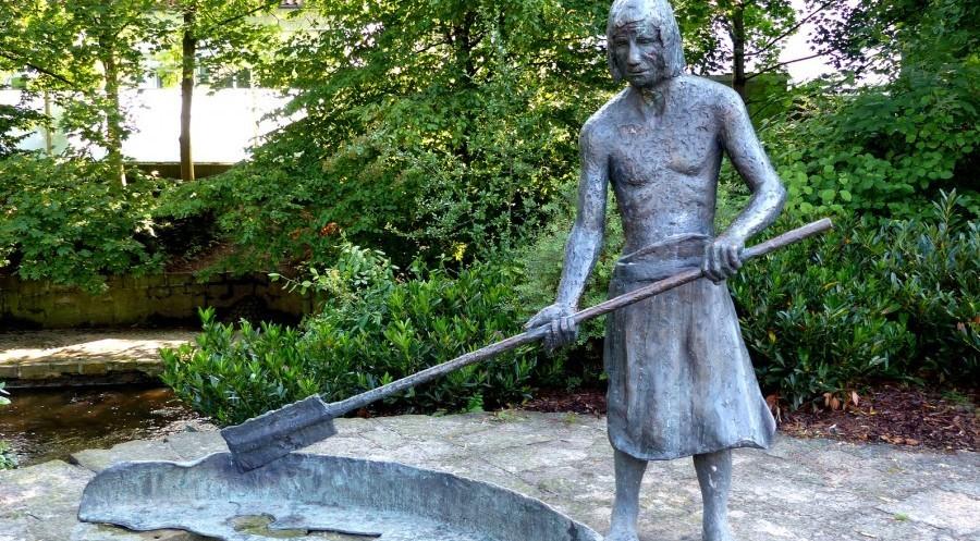 Denkmal eines Salzsieders bei der Herstellung von Salz - Werra-Meißner-Land