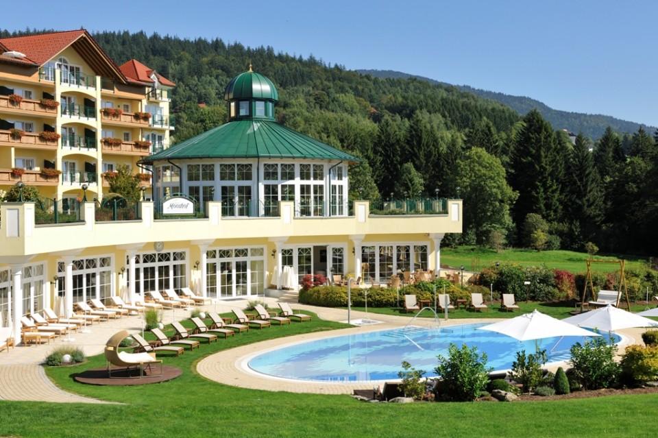 Fit & Vital-Angebot im Wellness & Spa Resort Mooshof in Bodenmais, Bayrischer Wald, Außenansicht mit Garten am Tag