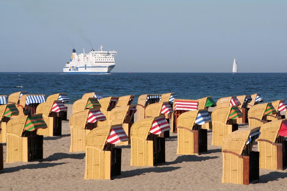 Strandkörbe an der Ostsee bei Travmünde mit Fährschiff im Hintergrund, Lübecker Bucht