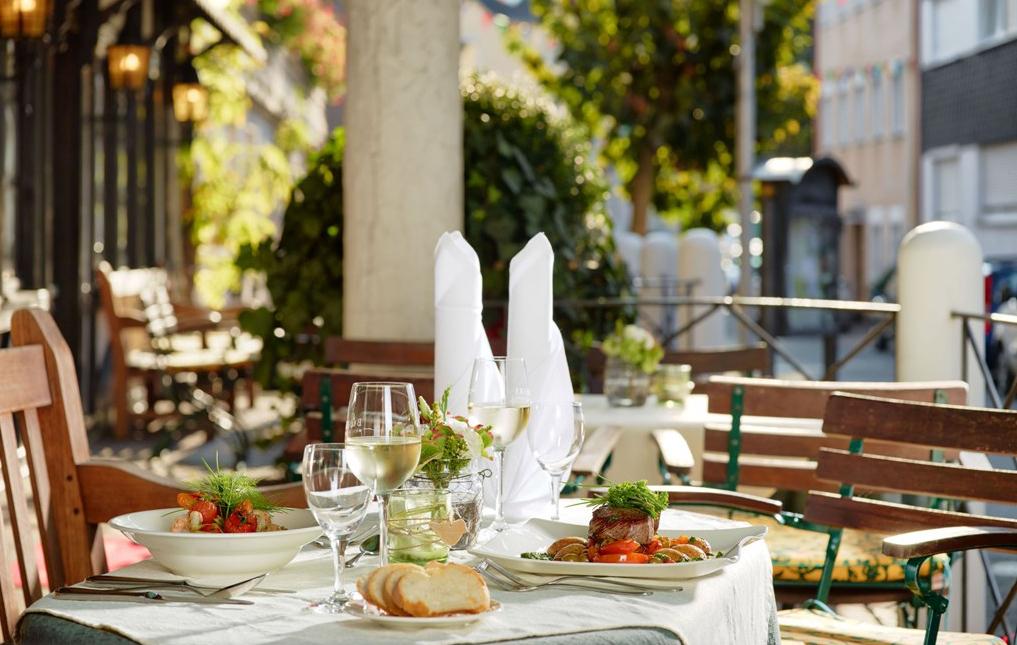 Gedeckter Tisch auf der Terrasse, Bömers Mosellandhotel