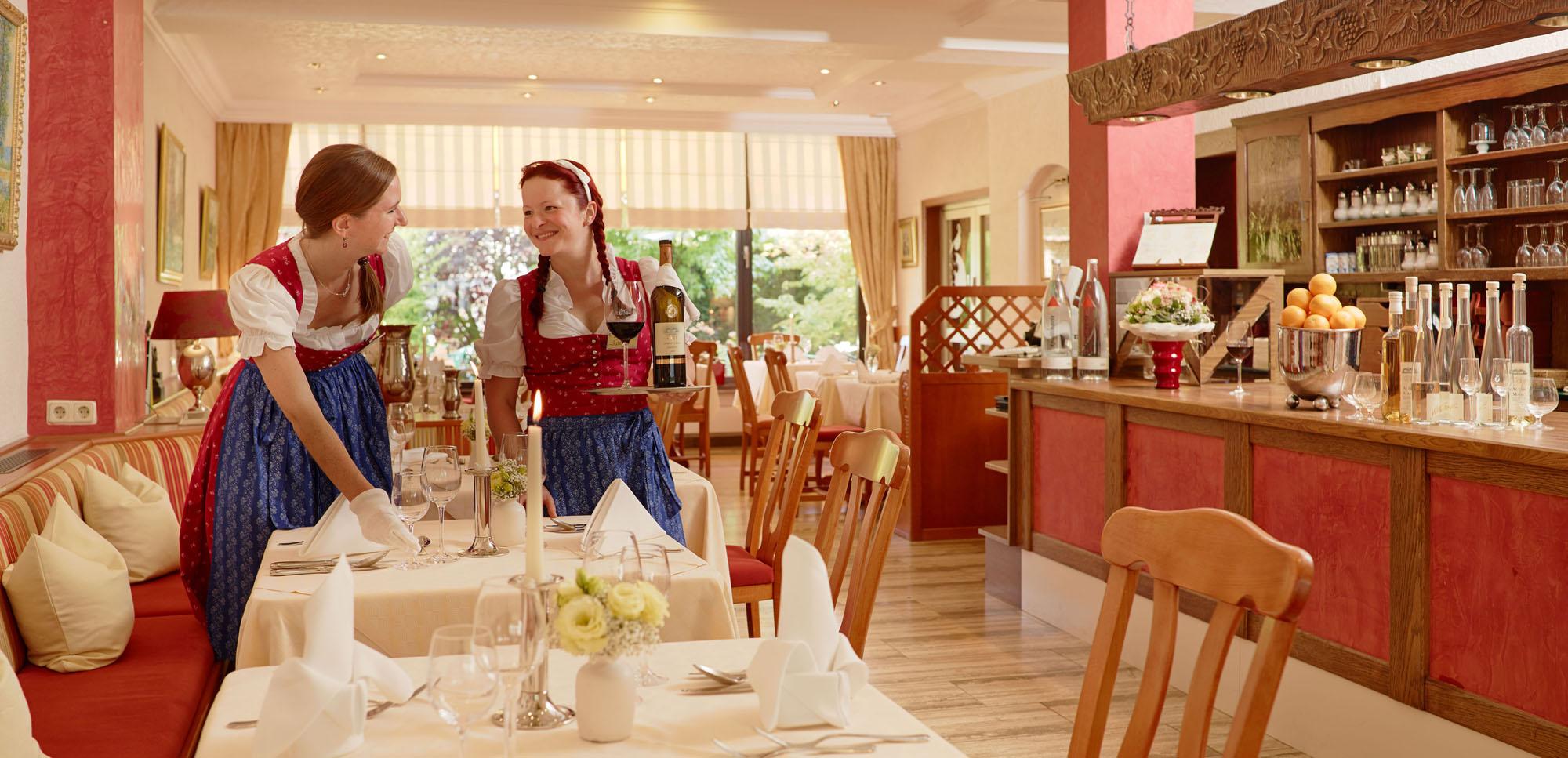 In warmen Rottönen gehaltener Gastraum mit zwei Damen vom Service, Bömers Mosellandhotel