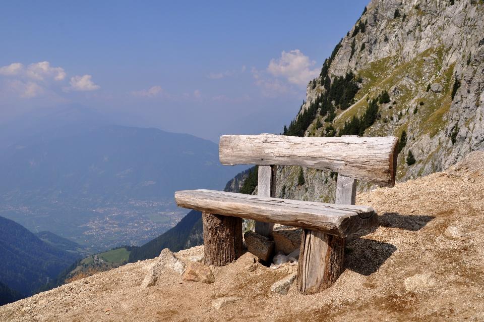 Bank in den Bergen mit Blick auf Meran