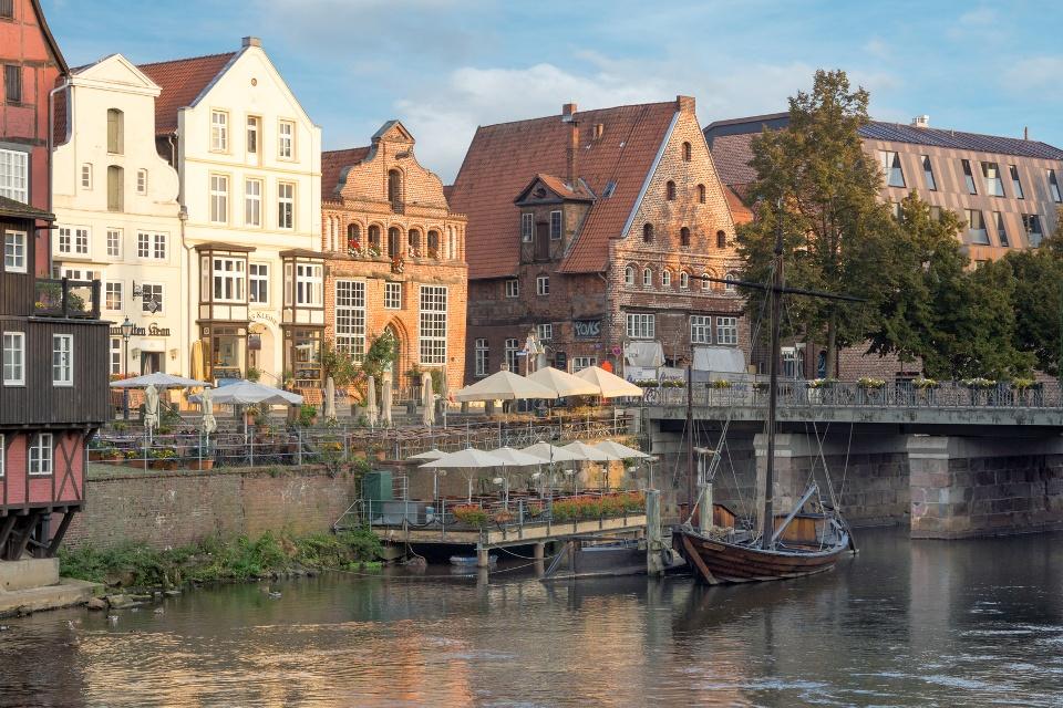 Das historische Zentrum von Lüneburg am Heideradweg