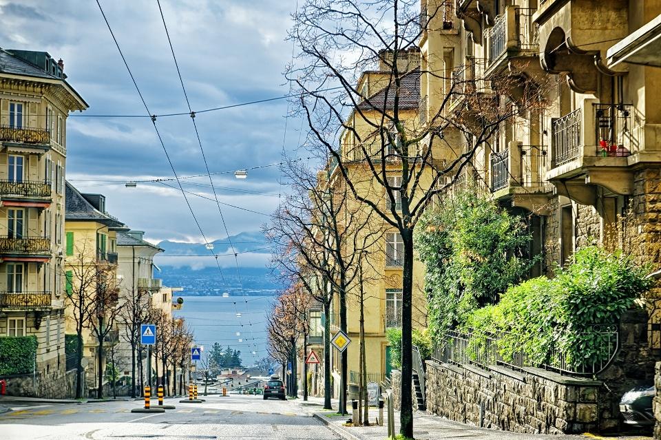Straße zum See in Lausanne, Genferseegebiet